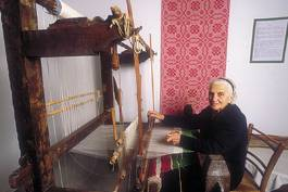 An old women from Bomba shows the use of the loom